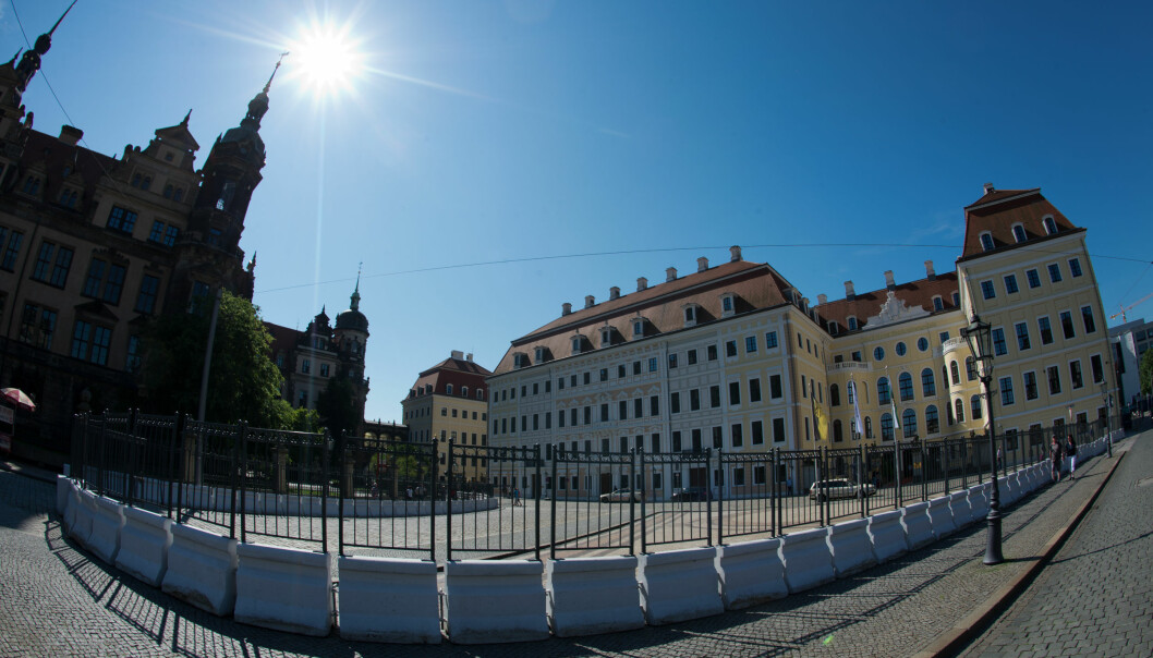 HEMMELIG: Det er satt opp barrierer uten hotellet Taschenbergpalais Kempinski in Dresden, der Bilderberg-konferansen foregår i helga. Foto: Arno Burgi/Dpa/NTB scanpix