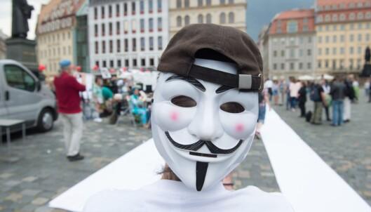PROTEST: En mann i Guy Fawkes-maske har tatt stilling utenfor Bilderberg-konferansen.Foto: EPA/SEBASTIAN KAHNERT/NTB scanpix