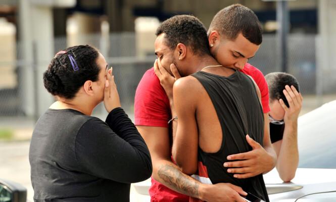 <strong>I SORG:</strong> Venner og familiemedlemmer har samlet seg utenfor nattklubben. &nbsp;Foto: REUTERS / Steve Nesius / NTB scanpix