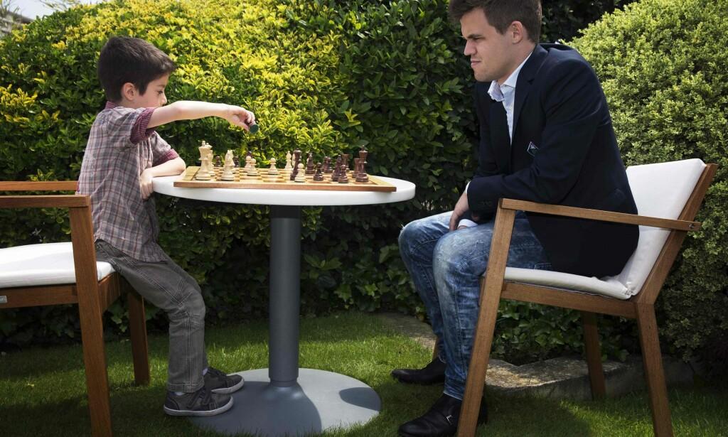 BLE IKKE BARE KOS: Her spiller Maguns Carlsen oppvisningskamp mot den franske under-8-mesteren for få dager siden. I dag kastet han bort turneringsseieren i Paris med fire tapte partier. <br>Foto: AFP / JOEL SAGET/ NTB Scanpix