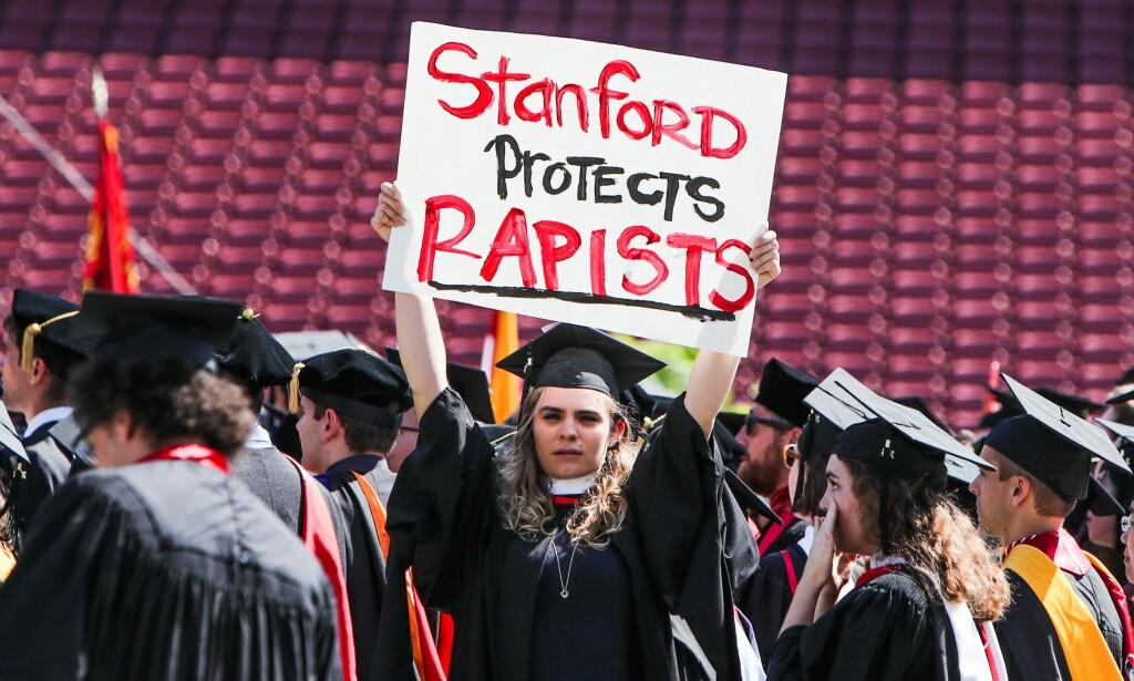 PROTEST: En ung kvinne holder opp en plakatr for å bevisstgjøre om seksuelle overgrep ved avgangsseremonien på Stanford. Mange av hennes medstudenter gjorde det samme. Foto: AFP PHOTO / GABRIELLE LURIE / NTB scanpix