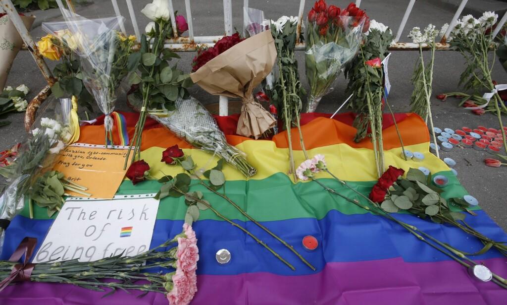MINNES: Minst 49 mennesker ble drept og 53 ble skadd etter Omar Mateen (29) skøt på en homseklubb i Orlando søndag. Over hele verden kommer støttemarkeringer. Dette bildet er fra den amerikanske ambassaden i Moskva. Foto: Sergei Chirikov / EPA / NTB Scanpix