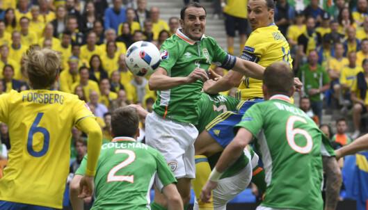 DUELL: Zlatan Ibrahimovic og John O'Shea. Foto Janerik Henriksson / TT /