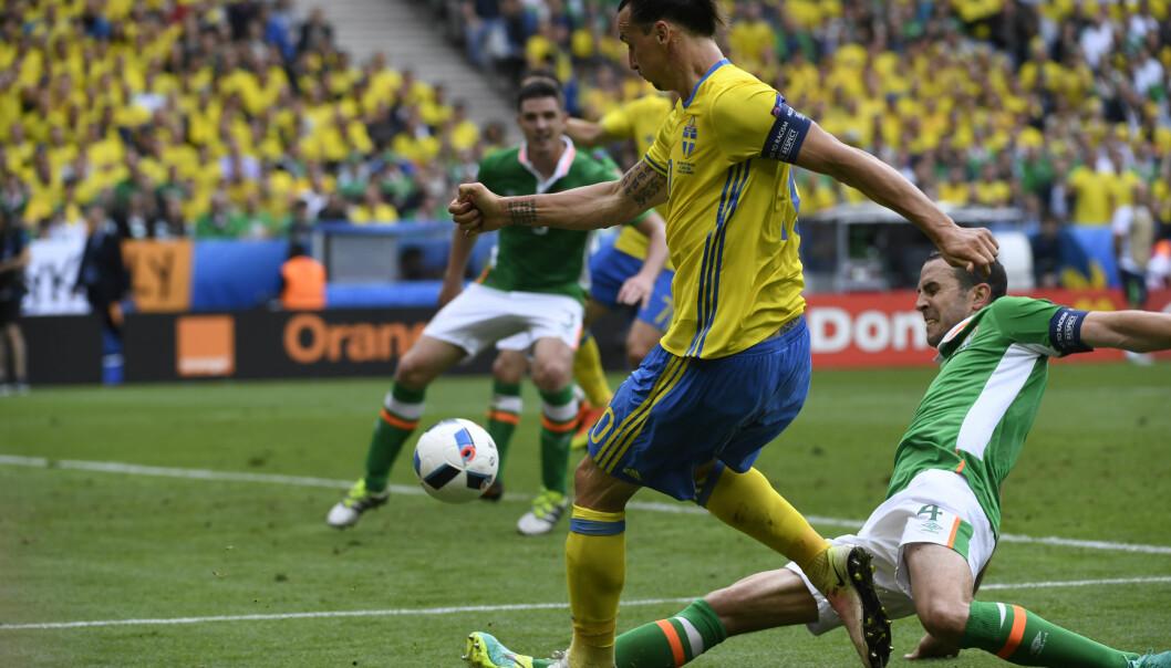 HELDIG: Her sender Zlatan Ibrahimovic ballen inn foran mål før Ciaran Clark stanger den videre inn i eget mål. Kampen endte 1-1 og selv på en halvdårlig dag var Zlatan involvert i målet som reddet svenskene. Foto Janerik Henriksson / TT