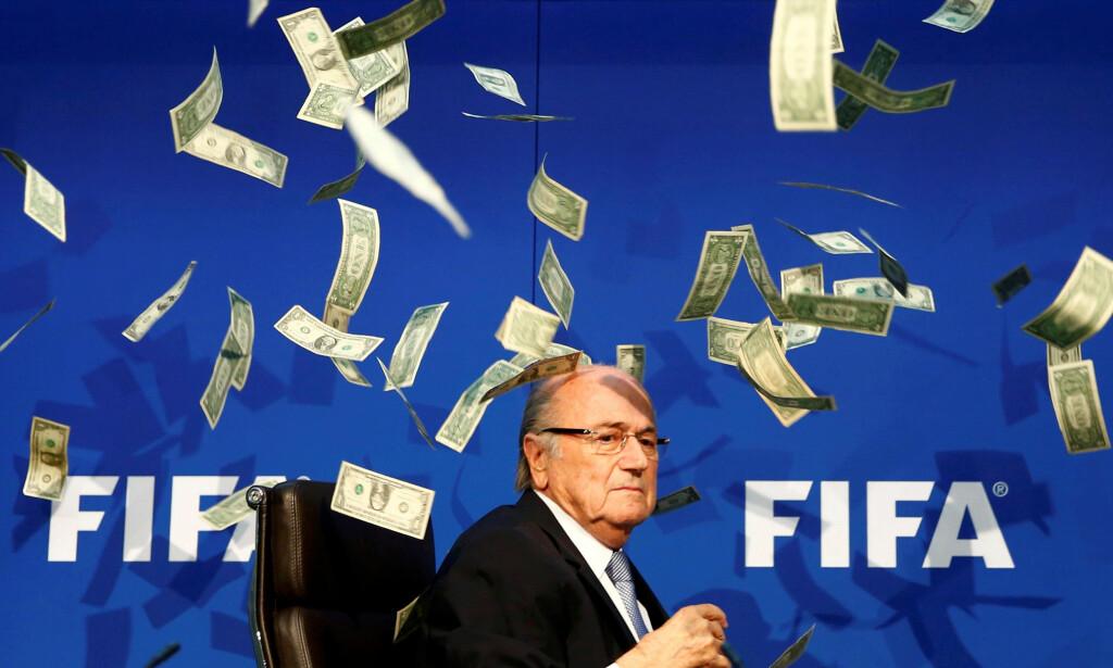 ANKER IKKE: Sepp Blatter aksepterer utestengelsen etter at han tapte i Voldgiftsretten. Her er Blatter under en pressekonferanse under en ekstraordinær FIFA-kongress i juli 2015, der komiker Lee Nelson kastet falske sedler på ham. Foto: REUTERS/Arnd Wiegmann/File Photo   TPX IMAGES OF THE DAY