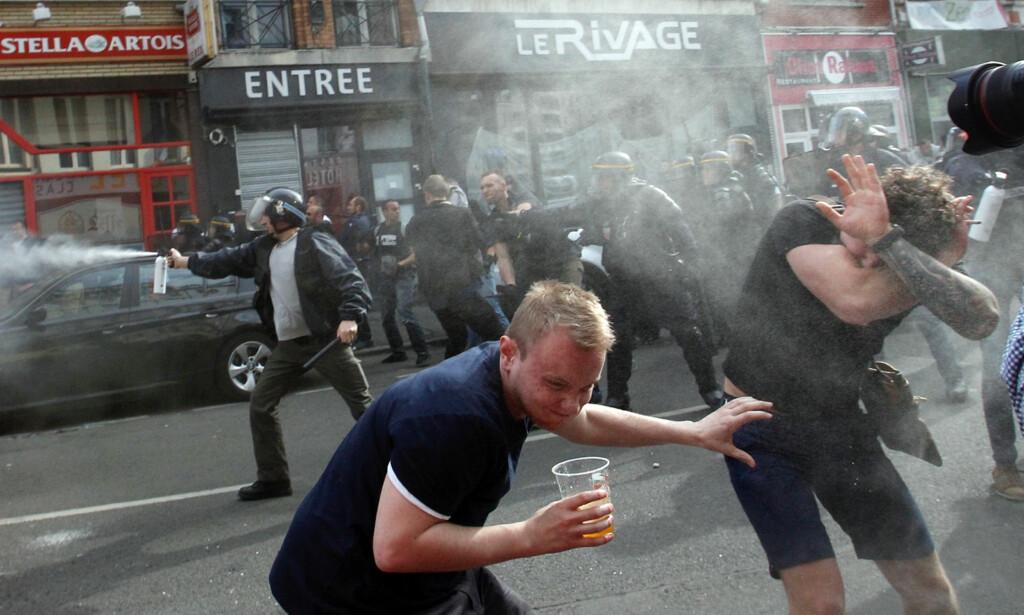 URO: Fransk politi brukte onsdag tåregass for å spre engelske fotballtilhengere i Lille. Foto: AP Photo/Michel Spingler