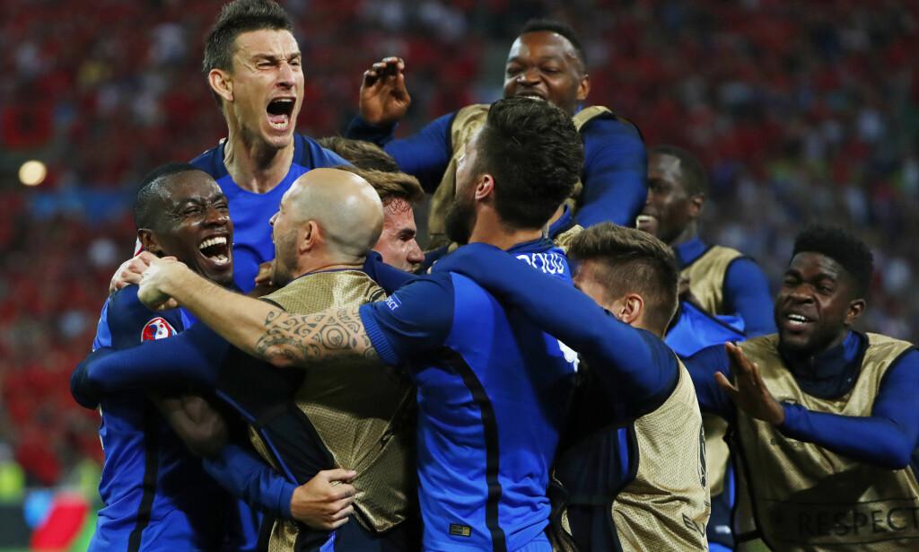 JUBEL: Spillerne feirer Antoine Griezmanns scoring. Foto: REUTERS/Eddie Keogh Livepic