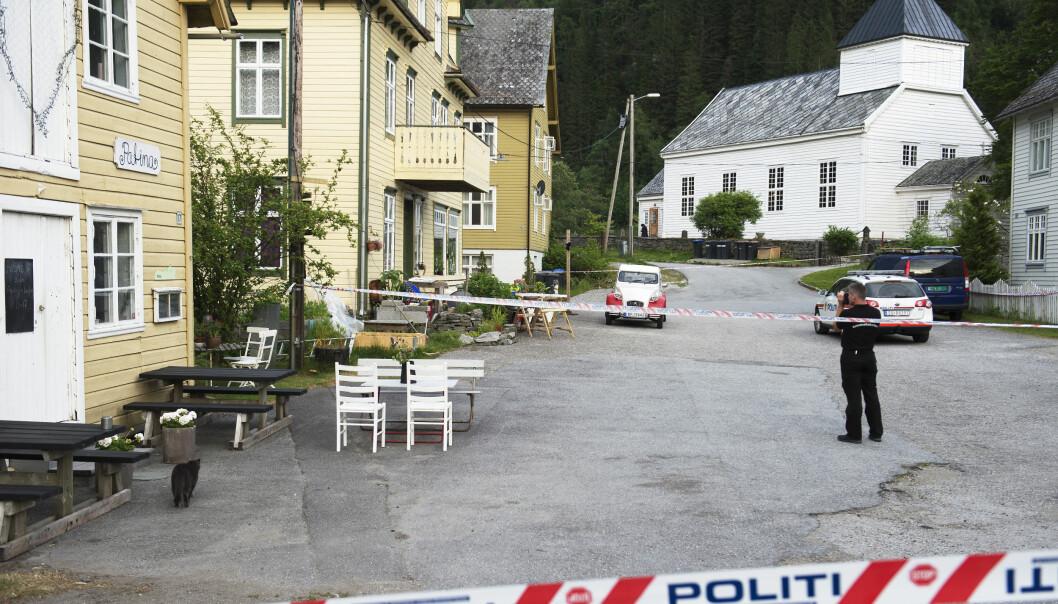 <strong>ERKJENNER DRAP:</strong> Krimteknikere går rundt huset der en kvinne ble funnet drept på Evanger i Voss kommune. Foto: Marit Hommedal / NTB scanpix