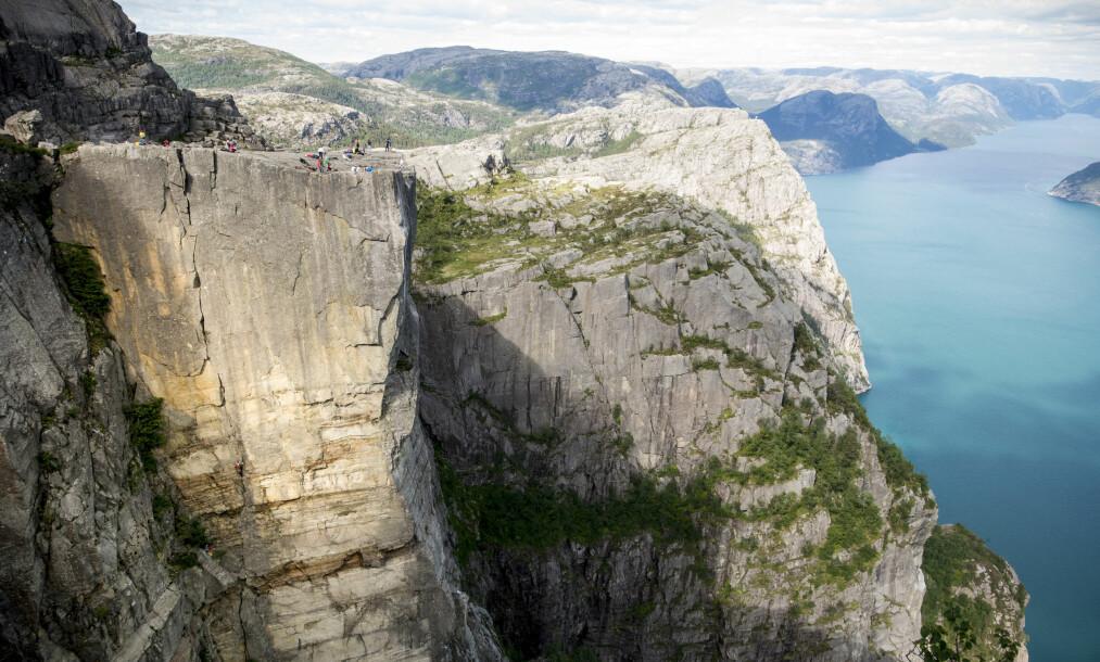 <strong>KLATRET OPP TURISTMÅLET:</strong> Hvert år tar omtrent 270.000 mennesker turen opp til fjellplatået ved Lysefjorden. For de aller fleste av disse er turstien den eneste veien opp. Foto: Lasse Røsvik