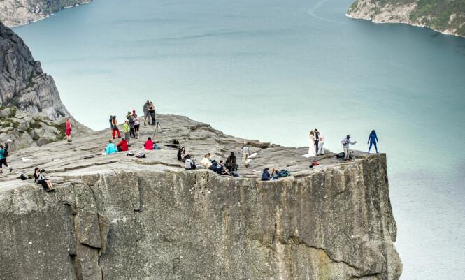 <strong>VIELSE:</strong> Et brudepar hadde valgt turistmålet som vielsessted samtidig som Auestad og Salvesen klatret. &nbsp;Foto: Lasse Røsvik