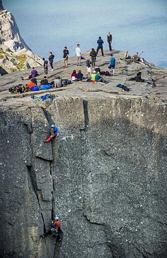 <strong>NÆRMER SEG TOPPEN:</strong> Her nærmer Auestad og Salvesen seg toppen etter å ha klatret nærmere 200 meter. Foto: Lasse Røsvik