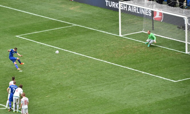<strong>STRAFFE:</strong> Gylfi Sigurdsson satte sikkert inn 1-0 til venstre i målet. Foto: AFP PHOTO / BERTRAND LANGLOIS