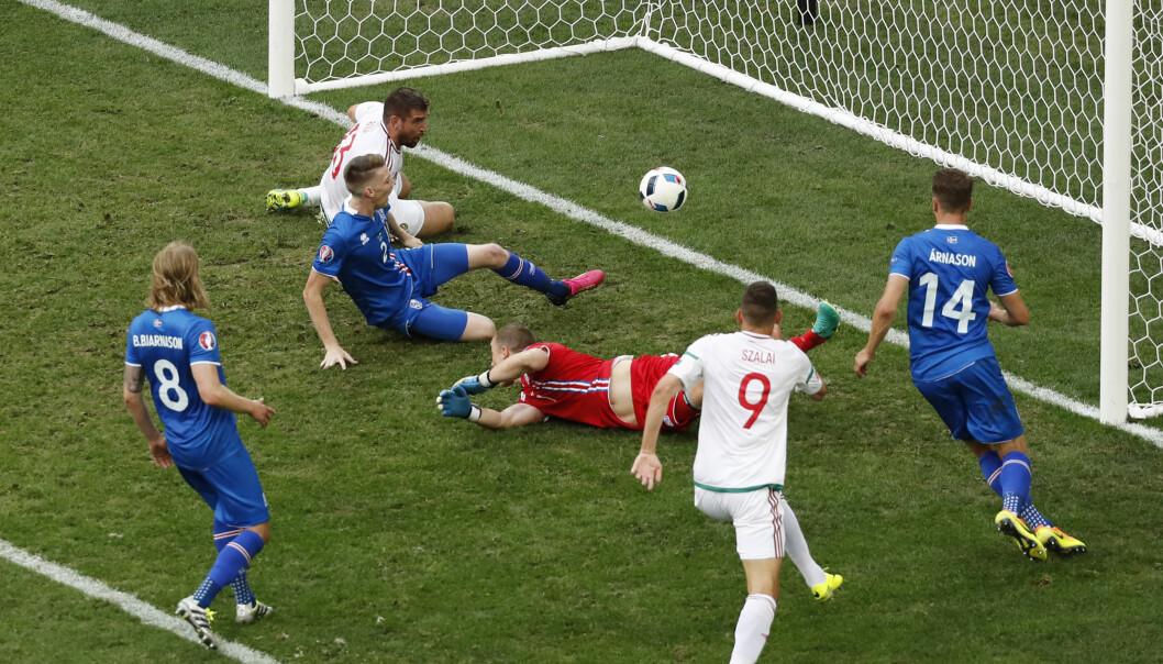 <strong>SELVMÅL:</strong> Birkir Sævarsson sklir ballen inn i eget mål i kamp mot Ungarn. Foto: &nbsp;REUTERS/Jean-Paul Pelissier Livepic