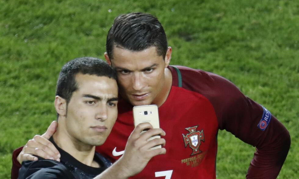 SELFIE: Cristiano Ronaldo ba vaktene komme seg unna da en tilskuer stormet banen for å ta et bilde. På banen ble det derimot en tung dag. Foto: REUTERS/Charles Platiau