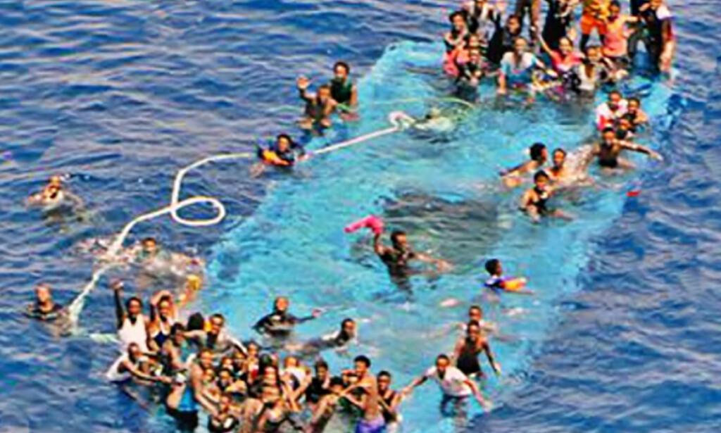 SKRØPELIGE: Flyktninger og migranter bruker svært skrøpelige båter for å ta seg over Middelhavet. Arkivfoto: NTB scanpix
