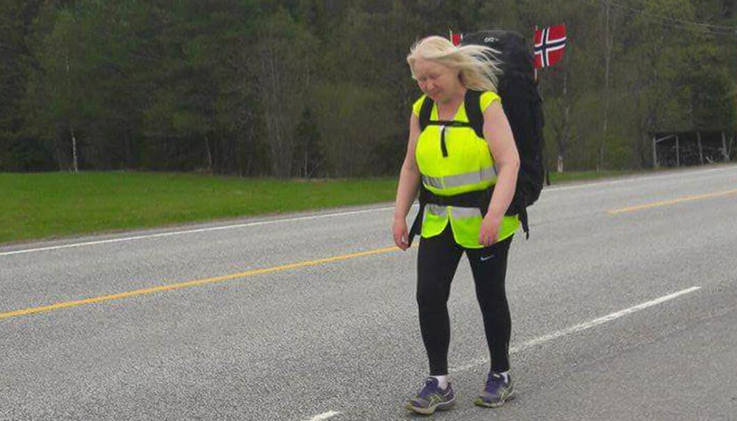 <strong>UTE PÅ TUR:</strong> Marit Aslaug Johansen går 70 mil for kreftsyke barn. Her er hun på vei inn til Dovrefjell. Foto: Privat