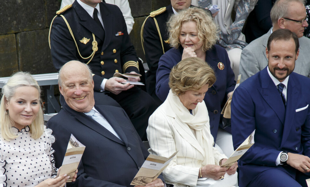 HOFFSJEFEN OG DE KONGELIGE: Hoffsjef Gry Mølleskog og Slottsforvalter Ragnar Osnes (bak til høyre) sammen med kongeparet og kronprinsparet. Foto: Heiko Junge / NTB scanpix