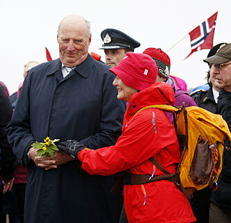 TULLET MED DRONNINGEN: Under sin oppsumering av 2014 tullet kongen med dronning Sonja under intervjuet. Foto: Lise Åserud / NTB scanpix