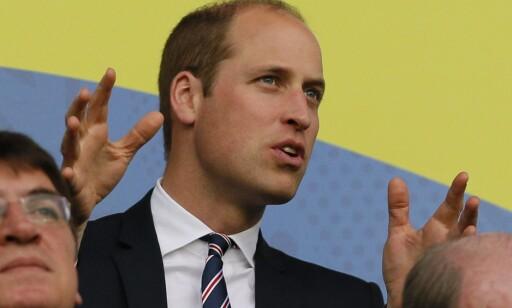 STORFINT BESØK: Prins William fikk se et voldsomt sjansesløseri i Saint-Étienne i kveld. Foto: EPA / ROBERT GHEMENT / NTB Scanpix