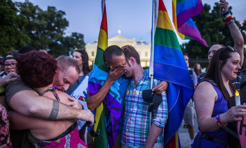 DREVET AV HAT: Om du uten protester godtar hatefulle holdninger mot homofile eller jøder, kan du ikke overraskes om noen setter hatet ut i praksis, skriver kronikkforfatteren. Bildet er fra en minnemarkering utenfor Det hvite hus i Washington, D.C. 12. juni, kvelden etter massakren. Foto: Jim Lo Scalo / EPA / NTB Scanpix