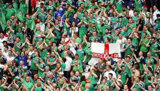 <strong>FANTASTISK STEMNING:</strong> Den nordirske fansen skapte magisk stemning på tribunen i Lyon i kveld. Foto: EPA / ABEDIN TAHERKENAREH / NTB Scanpix