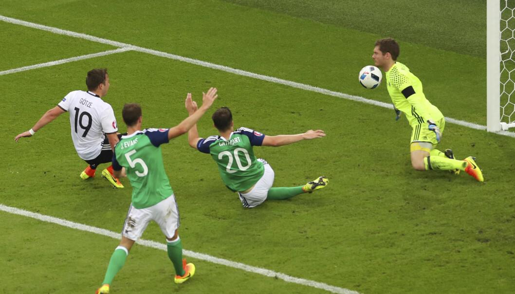 <strong>BOM, BOM, BOM:</strong> Mario Götze og Tyskland leverte et sjansesløseri av de sjeldne mot Nord-Irland og keeper Michael McGovern. Foto: AP / Thibault Camus / NTB Scanpix