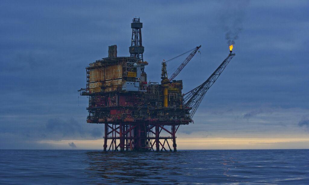 Produksjonsplattformen Beryl B. Oljerigg, plattform, industri, soloppgang. Nordsjøen, Storbritannia. Foto: © Sindre Ellingsen / Samfoto
