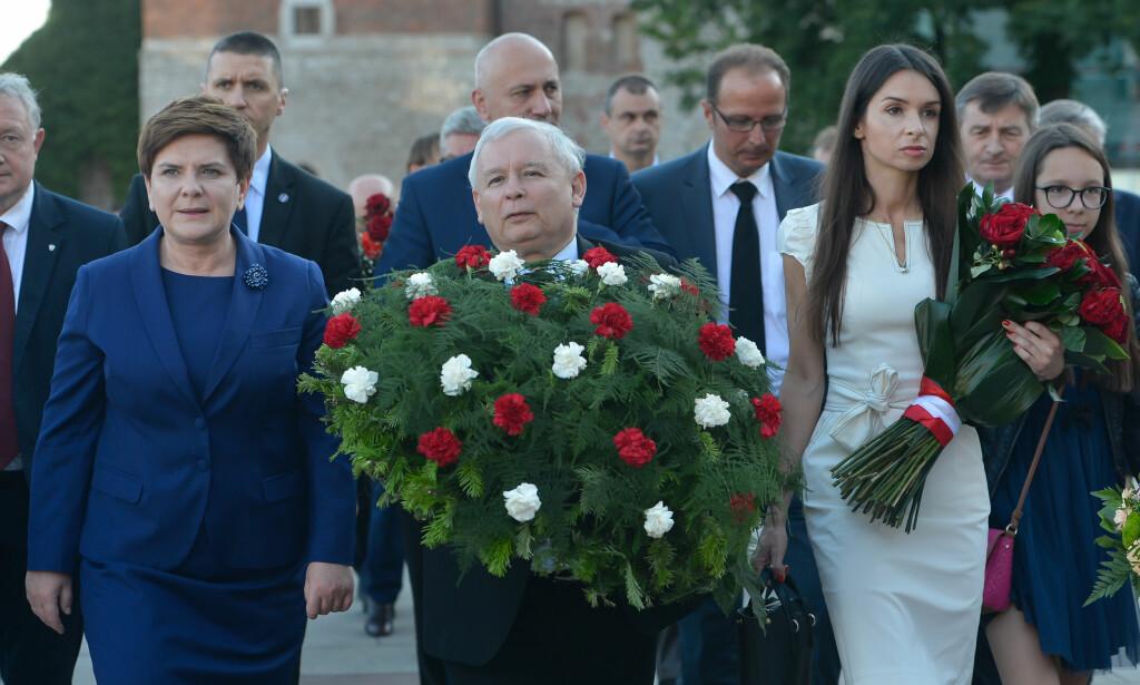 STÅR SAMMEN: Polens statsminister Beata Szydlo, partieier av Lov- og rettferdighetspartiet og tvillingbror, Jaroslaw Kaczynski, og Marta Kaczynska, datteren til avdøde president Lech Kaczynski, markerte seks-års dagen for presidentens død i april i år. Foto: Scanpix.
