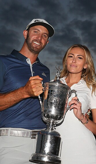 <strong>IDRETTSPAR:</strong> Dustin Johnson og Paulina Gretzky med trofeet. Foto: NTB Scanpix/Andrew Redington/Getty Images/AFP
