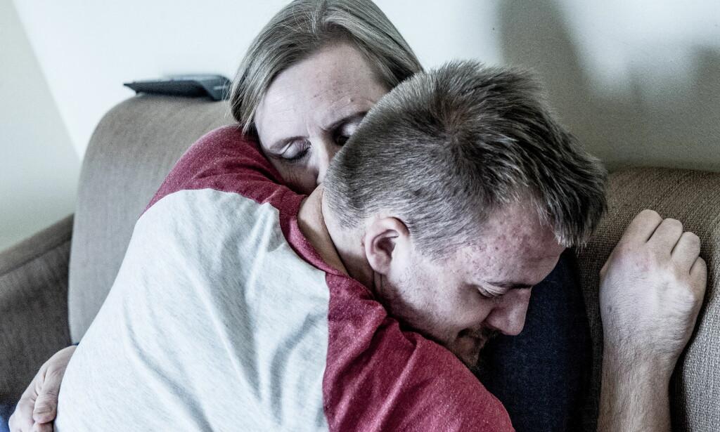 GLAD I MAMMA: Jonas gir mamma en god klem under et besøk i omsorgsboligen Villa Eik i Bjerke bydel i Oslo. Foto: Thomas Rasmus Skaug