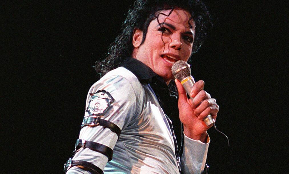 - GLEM SKANDALENE: Per Sundnes forteller til Dagbladet at han ikke tenker på skandalene når han hører på Michael Jackson. Han mener musikken er viktigst. Lørdag 25. juni er det sju år siden Jackson døde. Bildet er fra en konsert i 1998. Foto: AFP PHOTO / STF, NTB scanpix