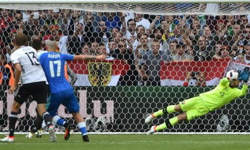 BOM: Arsenal-spilleren Mesut Özil fikk ikke ballen bak Matus Kozacik fra straffemerket. Foto: AFP PHOTO / PHILIPPE HUGUEN