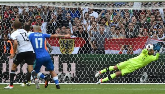 <strong>BOM:</strong> Arsenal-spilleren Mesut Özil fikk ikke ballen bak Matus Kozacik fra straffemerket. Foto: AFP PHOTO / PHILIPPE HUGUEN