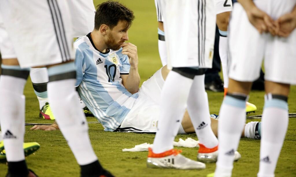 KASTET OPP: Oppladningen til Colombia-kampen for Lionel Messi og resten av Argentina ble bokstavelig talt dårlig. <br>Foto: EPA/JASON SZENES/ NTB Scanpix