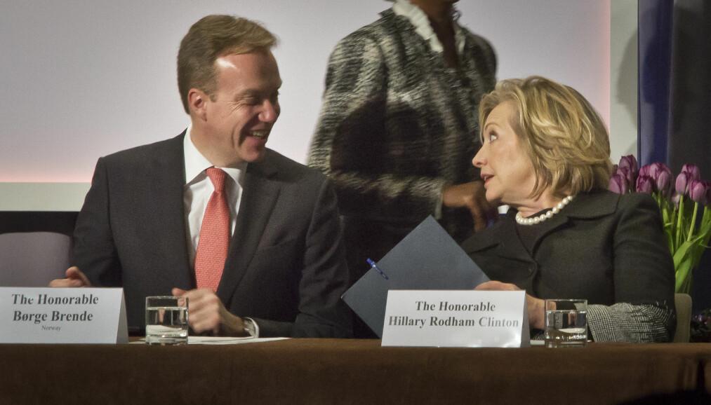 Børge Brende er blant de aller største utenlandske bidragsyterne til familiestiftelsen til presidentkandidat Hillary Clinton. Her er de to sammen på et møte om nye griller og komfyrer til verdens fattige. Foto: Bebeto Matthews/AP