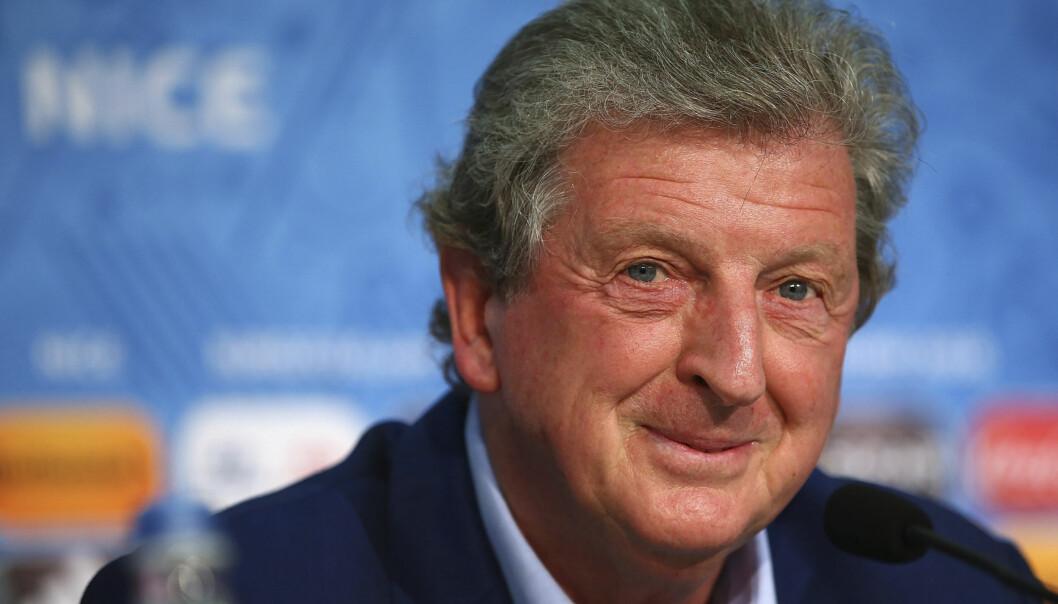 <strong>GODT HUMØR:</strong> England-boss Roy Hodgson var i det spøkefulle hjørnet da han fikk spørsmål om Islands suksesstrener Lars Lagerbäck i forkant av kveldens åttedelsfinale i EM. Foto: AFP / Getty Images / NTB Scanpix