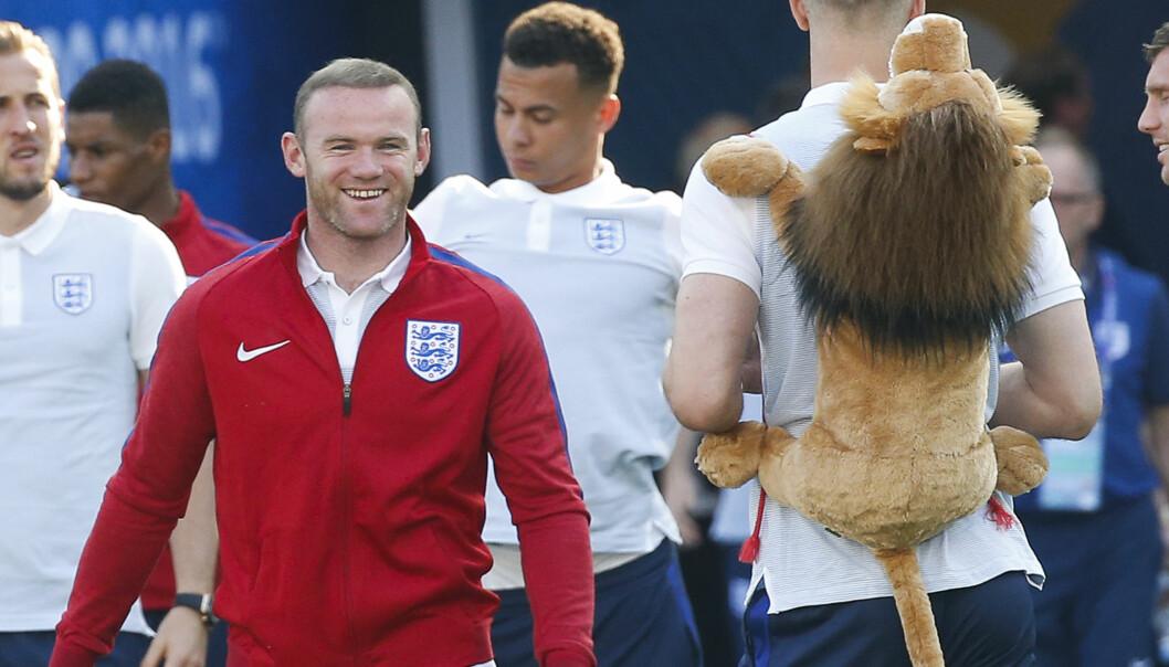 <strong>GOD STEMNING:</strong> Wayne Rooney kostet på seg sitt bredeste glis da han så hva Joe Hart hadde på ryggen etter at den engelske troppen hadde kommet fram til stadion i Nice i kveld. Foto: REUTERS / Eric Gaillard / NTB Scanpix