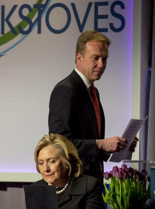 GRILLSELSKAP: Utenriksminister Børge Brende og Hillary Clinton ledet en konferanse i New York i 2014 om hvordan man kan bytte ut forurensende og farlige griller og kokeutstyr. Foto: Brendan McDermid/Reuters