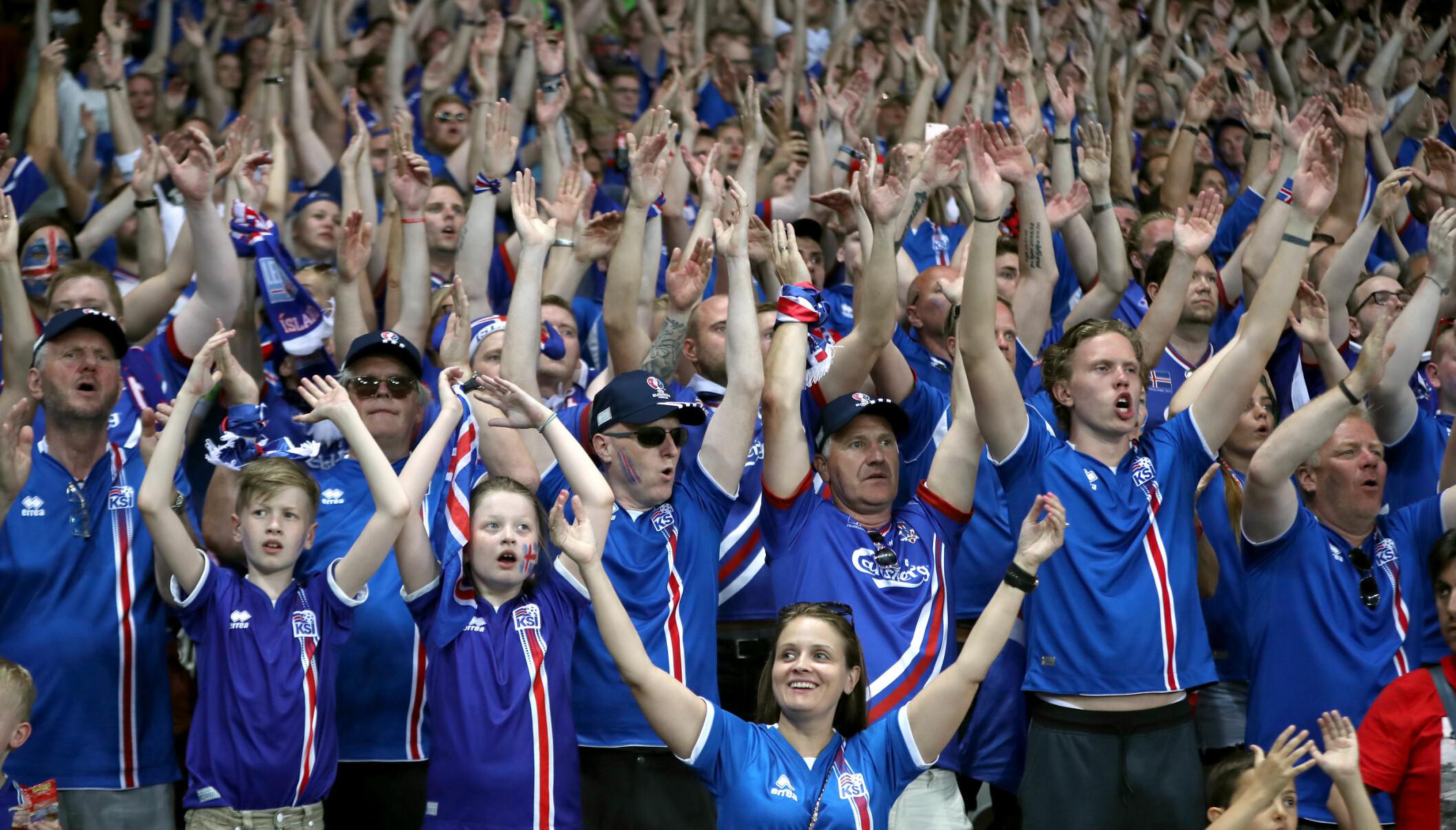 <strong>IKKE TIL Å TRO:</strong> Den islandske fansen i Nice trodde knapt det de så i kveld. Foto: NTB Scanpix