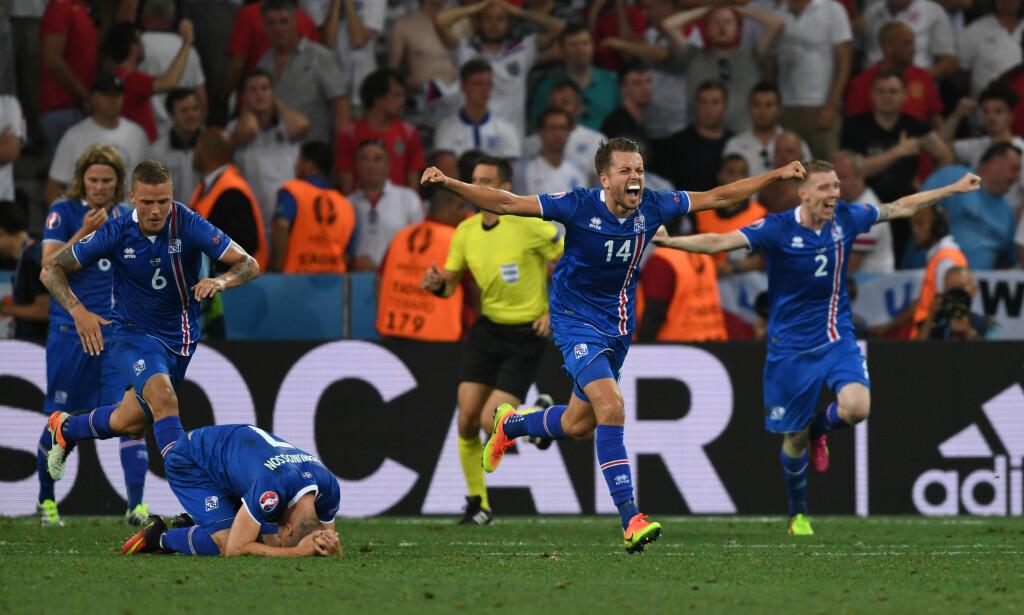 BRAGD: Island-spillerne jubler etter at 2-1-seieren og kvartfinalebilletten var sikret. England ble sendt hjem i skam. Foto: Xinhua/Guo Yong
