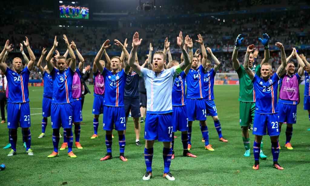 FEIRING: Aron Gunnarsson og spillerne feirer med klapp foran egne fans i Nice. Foto: NTB Scanpix