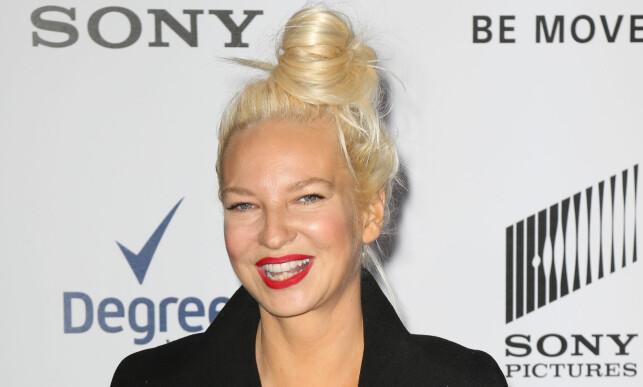 VISTE ANSIKTET: Selv om Sia sjelden er å se uten en tung pannelugg foran ansiktet hender det at hun legger parykken hjemme. Her avbildet på en filmpremiere i New York i 2014. Foto: Stella Pictures