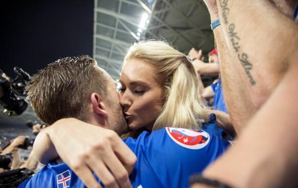 KYSS: En Island-spiller får en hilsen etter kampen. Foto: ORRE PONTUS  / Aftonbladet / IBL Bildbyrå