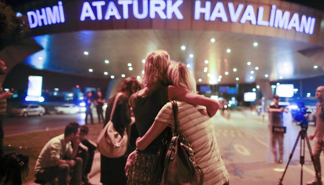 <strong>RAMMET AV TERROR:</strong> Passasjerer ved Ataturk-flyplassen i Istanbul omfavner hverandre etter å ha blitt evakuert. 36 mennesker er bekreftet drept, og nær 150 skadd. Foto: AP Photo/Emrah Gurel