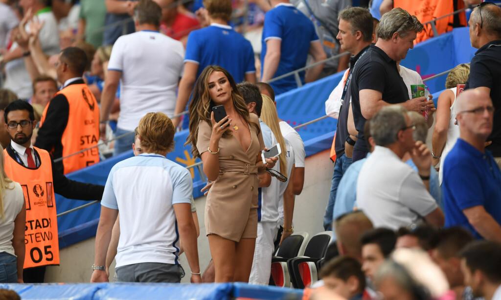 KRITISK: England-spillerne får kjeft i hjemlandet for å ha fokus på kjærester og lukrative avtaler.. Her ved Dele Allis kjæreste Ruby Mae. Foto: Mark Large/Daily Mail/