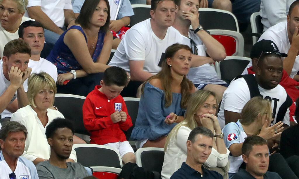 THE ROONEYS: Coleen Rooney (i blått) og sønnen Kai på tribuna i Frankrike-EM. Foto: NTB Scanpix