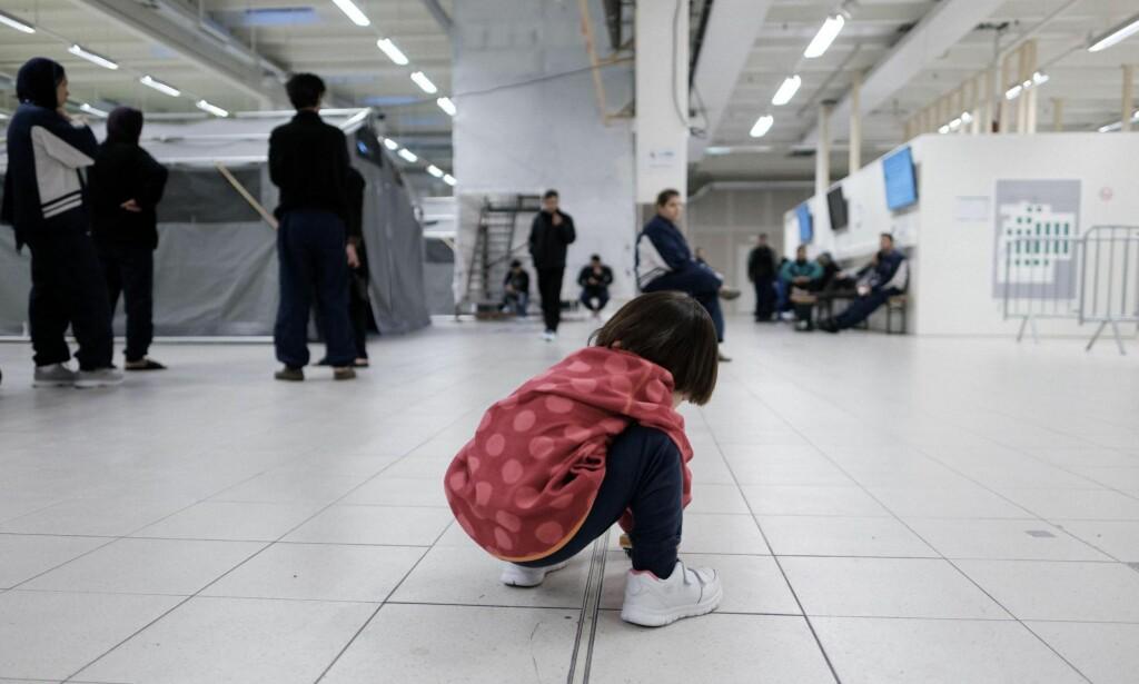 ASYLBARN: Et asylbarn er et barn som har fått asyl. Det er nettopp det barn i familier med langvarig ulovlig opphold ikke har fått, skriver kronikkforfatteren. Den afghanske jenta på bildet leker på gulvet på ankomstsenteret for asylsøkere i Råde. Foto: Ole Gunnar Onsøien / NTB Scanpix