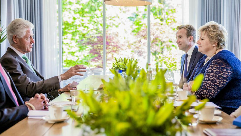 """<b>TOPPMØTE:</b> Da Bill Clinton besøkte Norge i juni i fjor, besøkte han statsminister Erna Solberg og utenriksminister Børge Brende i statsministerboligen. Det var under dette besøket han ble lovet nye 30 millioner kroner til grønn energi på tropiske øyer.&nbsp;<span style=""""line-height: 1.6em; background-color: initial;"""">&nbsp;Foto: Stian Lysberg Solum / NTB scanpix</span>"""