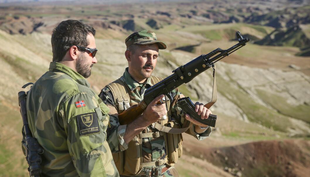 <strong>KURDISKE MILTSER:</strong> Norske soldater fra Brigade Nord og Telemark bataljon trener nå kurdiske soldater i Peshmerga-styrken i leiren i Nord-Irak for å kjempe mot IS. Hvem militsene vil rette sine våpen mot i fremtiden vet derimot ikke forsvaret. &nbsp;FOTO: Ingar Storfjell &nbsp;