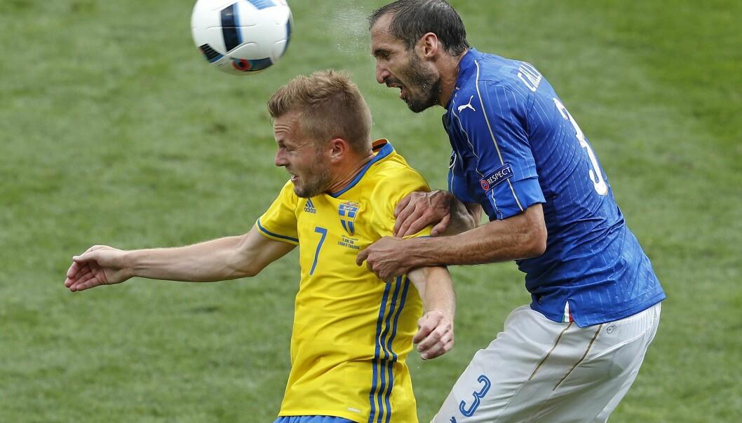 <strong>ITALIENSK KLEGG:</strong> Sebastian Larsson får erfare hvordan det føles å ha Giorio Chiellini i ryggen. Foto: AP